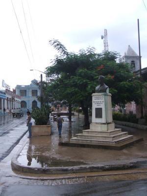 20090111171648-estatua-de-fedrico-capdevila-en-el-parque-central.jpg