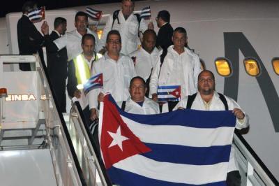 20150327152708-medicos-cubanos-ebola1.jpg